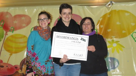Esther Nieto-Márquez, concejala de juventud y festejos entrega el cheque de la bicicleta solidaria