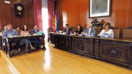 El alcalde se dirige a la bancada del PP en la sesión plenaria de agosto