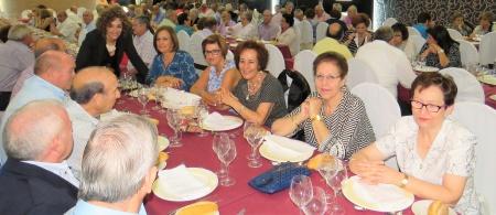 Beatriz Labián, junto a participantes en la comida de convivencia del año 2016