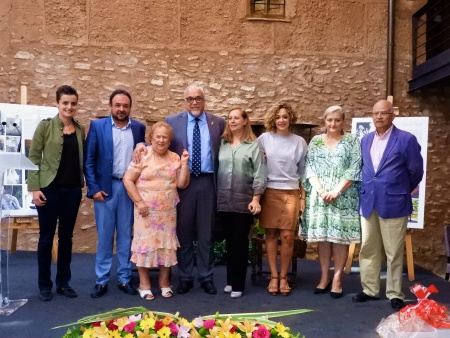 El alcalde, Julián Nieva, junto a homenajeadas, miembros del equipo de gobierno y corporación en el acto