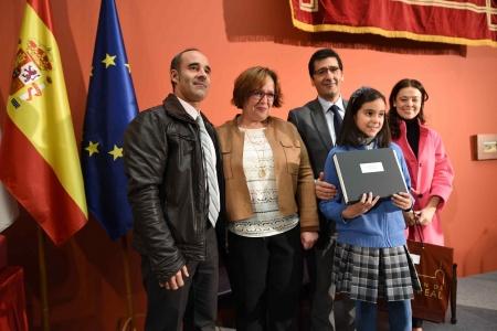 Lucía Herrero del Moral recibiendo su premio