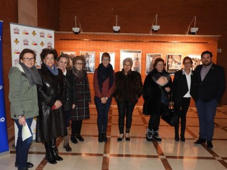 Miembros de Manos Unidas y el Ayuntamiento asisten a la inauguración de la exposición