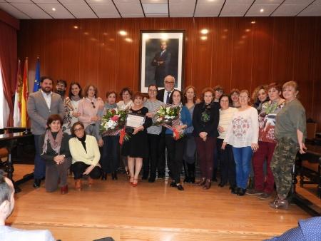 Las homenajeadas junto a compañeras y representantes del Ayuntamiento