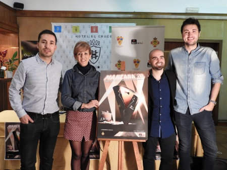La concejala de Cultura junto a los directores del festival y el diseñador del cartel
