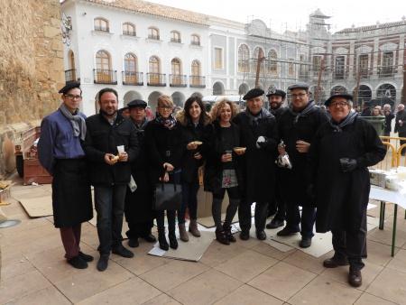 Miembros del Equipo de Gobierno junto a los cocineros de la sardinada