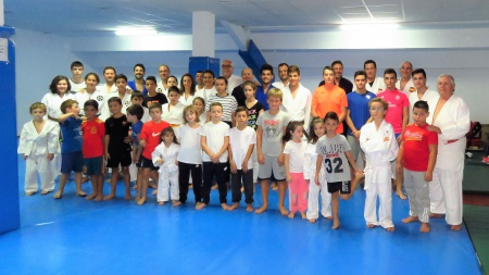 Foto de familia de los componentes de la Escuela de Judo con el alcalde