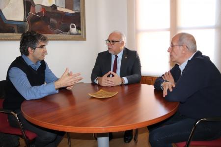 Villegas durante su encuentro con el alcalde junto a Gerardo Álvarez