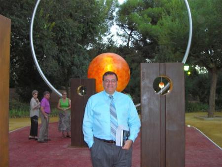 Julián Gómez-Cambronero junto al monumento al Sol el día de inauguración del Paseo del Sistema Solar en 2010