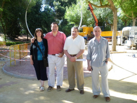 Julián Gómez-Cambronero y Antonio Caba entre Teresa Madrid y Teo Serna durante la instalación del Paseo del Sistema Solar en 2010