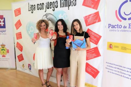 Beatriz Labián muestra la tarjeta roja junto a las ganadoras de las tablets