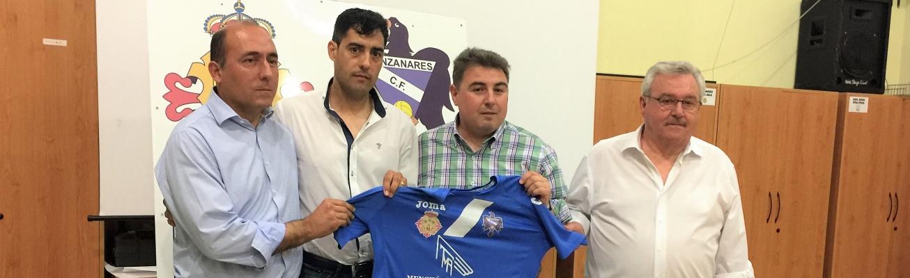 Carlos Julián (segundo por la izquierda) en su presentación como entrenador del Manzanares CF