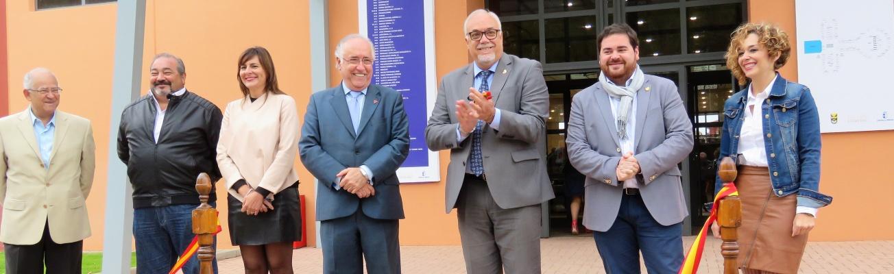 Autoridades tras el corte de cinta inaugural del 7º Salón del Automóvil