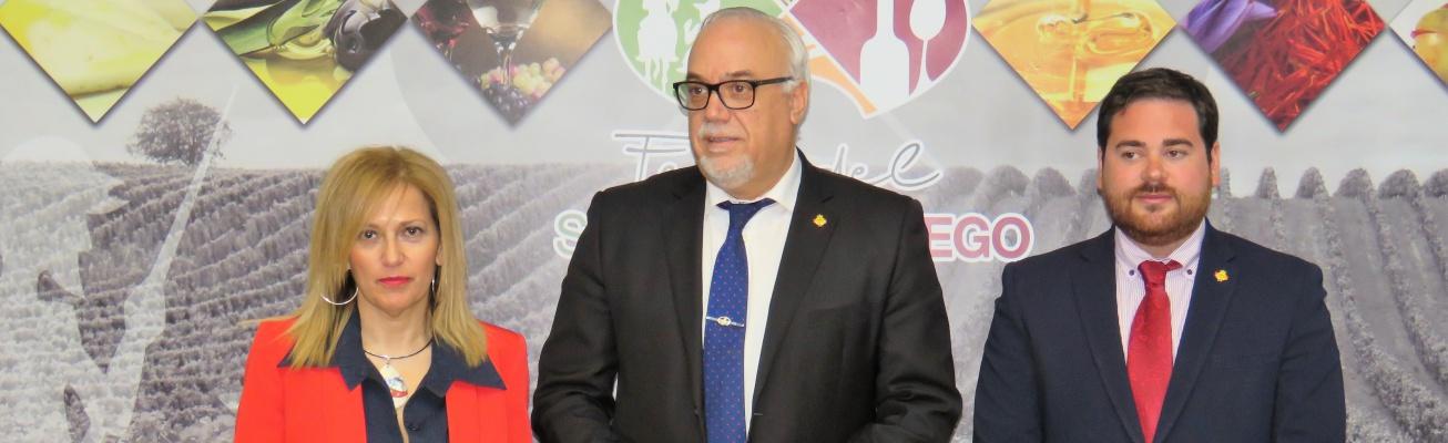 Presentación de Fersama 2018 a cargo del alcalde junto al concejal y a la secretaria de Ferias Comerciales