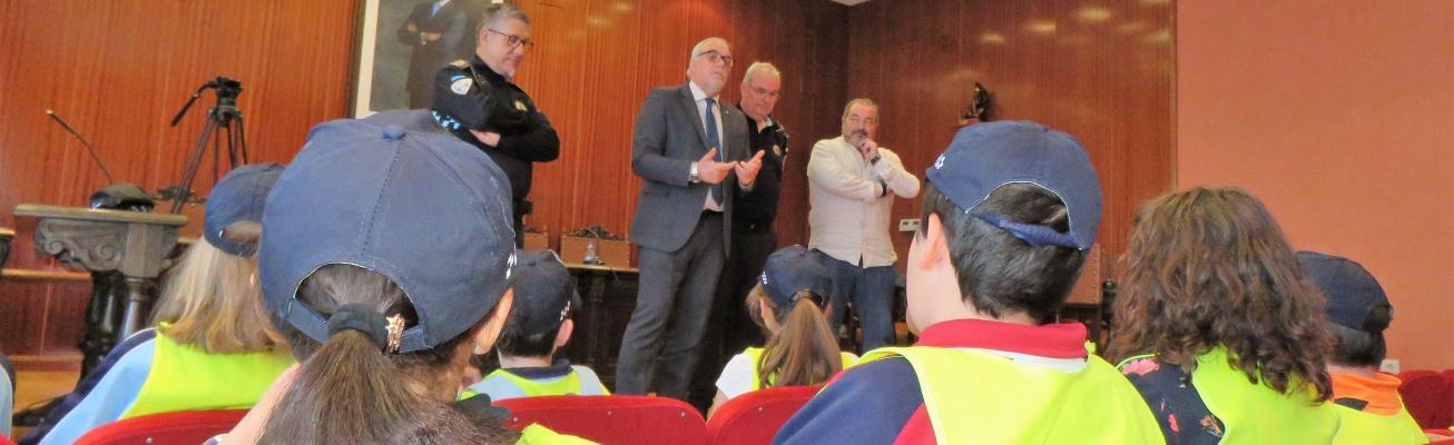 Julián Nieva se dirige a los policías por un día en el salón de plenos