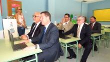 Autoridades, en los pupitres de una de las aulas