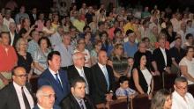 Público asistente durante la interpretación del himno del Patrón