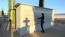 Díaz-Benito comprueba los cerramientos de los nuevos columbarios