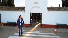 Isabel Díaz-Benito, concejala de Obras y Servicios, ante la puerta del cementerio