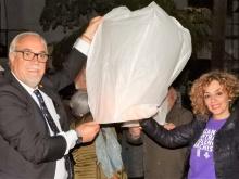 Julián Nieva y Beatriz Labián soltando uno de los farolillos