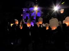 Farolillos en memoria de las víctimas en la Plaza de la Constitución