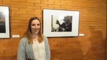 María Camacho con la obra ganadora del segundo premio local
