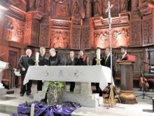 Los pregoneros entregando el documento del primer pregón celebrado a la Asociación de Belenistas
