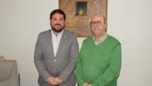 Pablo Camacho, concejal de Deportes, con el autor del libro, Julio Jareño
