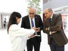 El director provincial de Sanidad en Ciudad Real Francisco José García Sánchez y el alcalde de Manzanares Julián Nieva son informados sobre el uso de la APP
