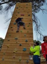 Los adolescentes han hecho manualidades escalada tirolina arborismo y pruebas de yincana