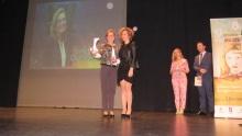 Isabel Quintanilla recibe el premio Igualdad de manos de Beatriz Labián