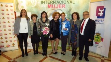 Labián, con las dos premiadas y con el equipo del Centro de la Mujer