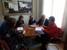 En la firma también han estado presentes la concejala de Servicios Sociales y la presidenta local de Cruz Roja