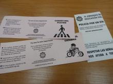 Los niños y niñas de los colegios reciben su carné de ciclista o peatón si superan las pruebas y multas si infringen las normas