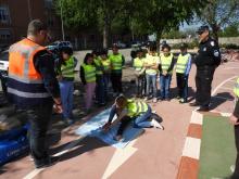 Los menores practican la posición lateral de seguridad