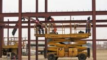 Trabajadores soldando la estructura de una nueva empresa del polígono