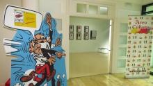Mortadelo y Filemón reciben a los visitantes a la entrada de la exposición