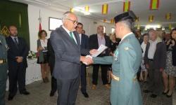 El alcalde de Manzanares, Julián Nieva, entrega una de las condecoración a miembro de la Guardia Civil