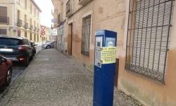 Parquímetro con el cartel informativo en la plaza de Alfonso XIII