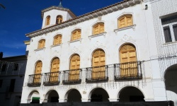 """Fachada de la casa """"Josito"""" con sus nuevas ventanas y balcones"""