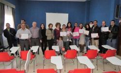 Los usuarios del taller muestran sus diplomas junto a Labián, De la Fuente y responsables del Centro Social