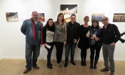 El artista Sergio Infantes en la inauguración de su exposición junto a concejales y familiares