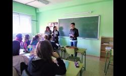 Esther Nieto-Márquez en un centro educativo informando al alumnado sobre el Carnet VIP