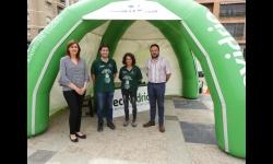 Isabel Díaz-Benito y Juan López de Pablo, concejales del Ayuntamiento de Manzanares, junto a los educadores ambientales de la campaña Ecovidrio