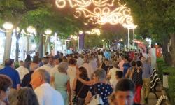 Público en los paseos del Río durante la feria