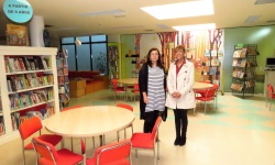 Esther Ruiz de Castañeda y Silvia Cebrián en la sala de lectura infantil