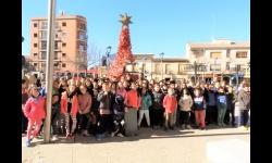 Alumnos del colegio Divina Pastora y La Candelaria junto a los responsables municipales ante el árbol de Navidad