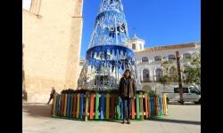 Díaz-Benito junto al árbol de luces de la Plaza de la Constitución que este año es más alto