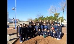 Los escolares junto a los responsables del Ayuntamiento y de la Fundación Soliss tras la plantación del olmo