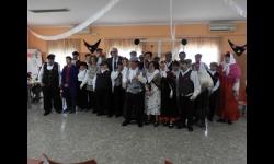 El alcalde y la concejala de Servicios Sociales junto a los usuarios y usuarias disfrazados por el Carnaval