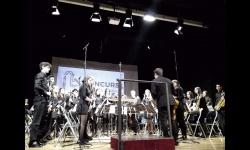 La banda juvenil durante su actuación en Moncada